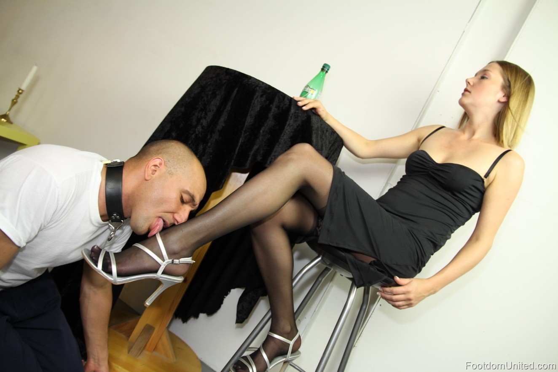 учительница целует ножки